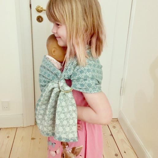 Edith på 5 år med en kort dukkeringslynge