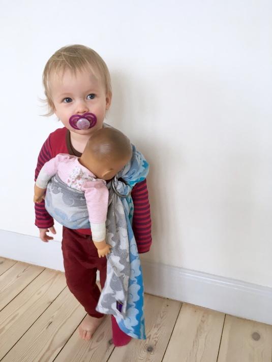 Kirsten på 1,5 år med en dukkeringslynge